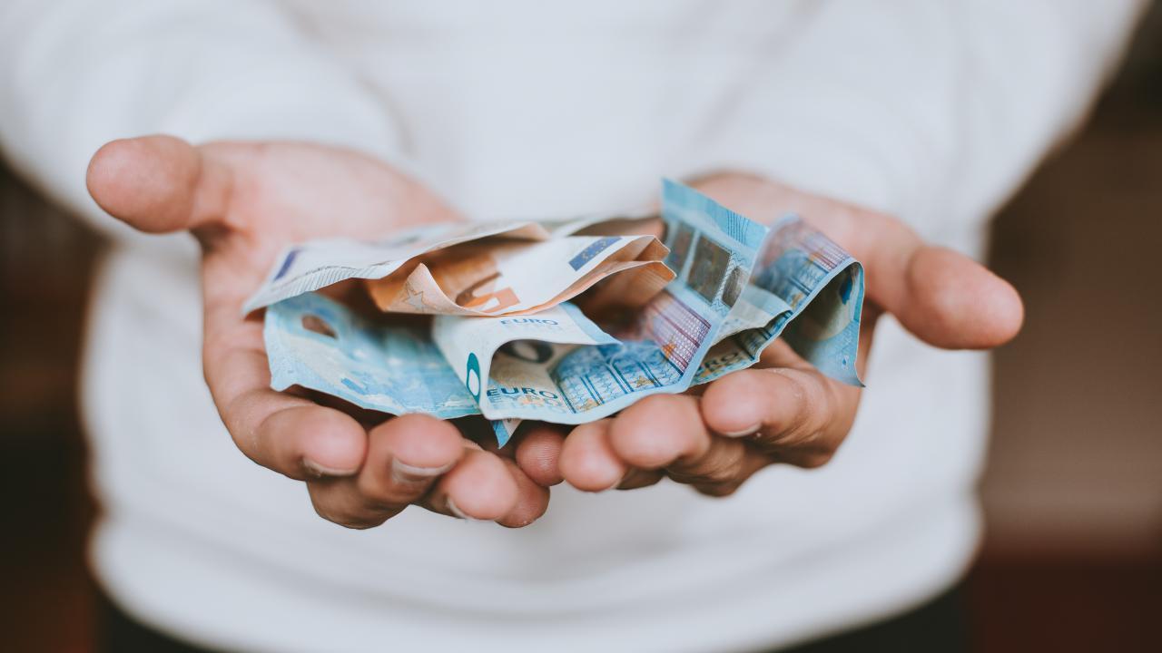 Jongere met bankbiljetten in handen
