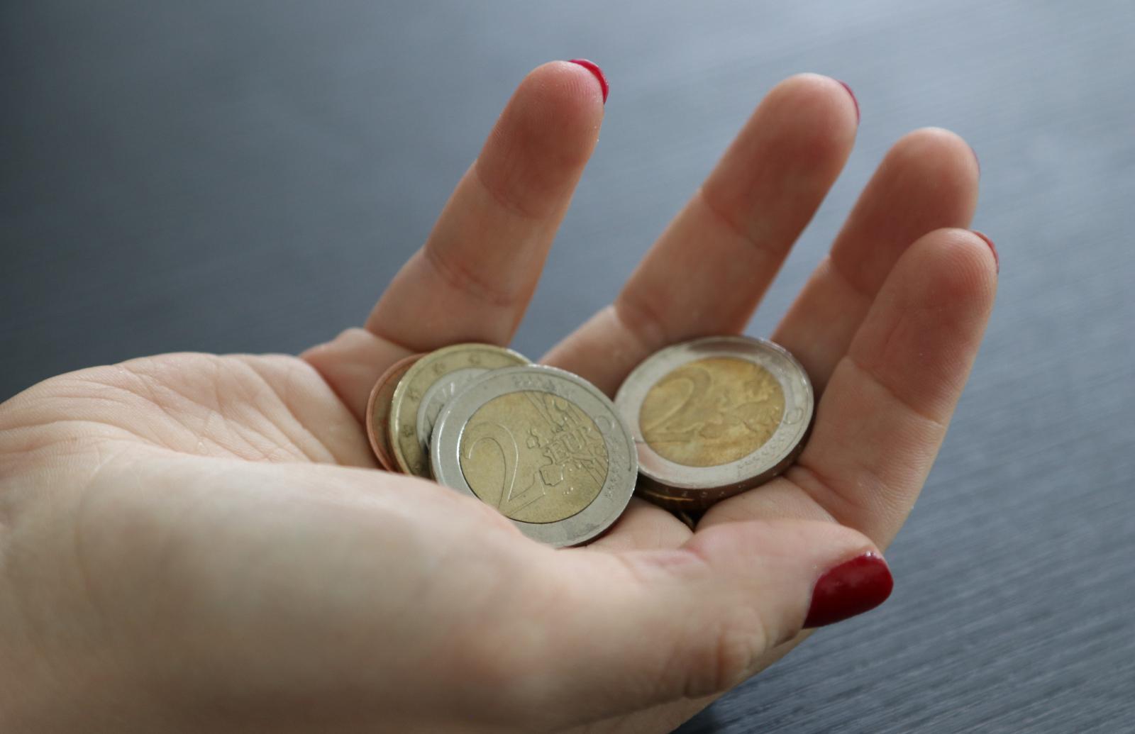 Vrouwenhand met muntgeld