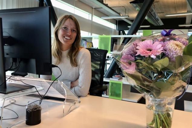 Heleen Cousijn achter haar bureau op haar eerste werkdag