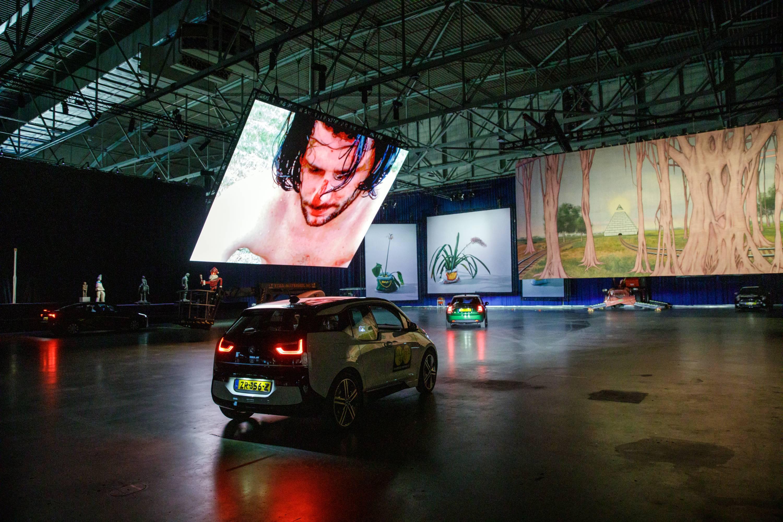Auto rijdt door Drive Thru in Ahoy, project van Boijmans Van Beuningen